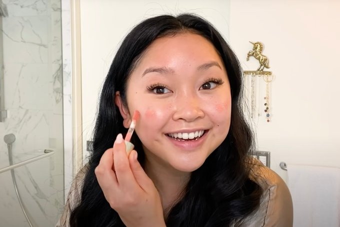 Lana Condor ensinou como fazer sua maquiagem favorita