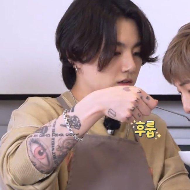 Jungkook durante o programa Run BTS! com as tatuagens a mostra