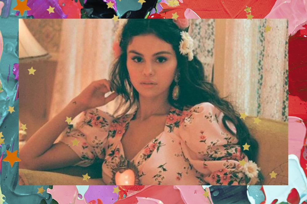 Selena Gomez com mão no cabelo e vestido florido