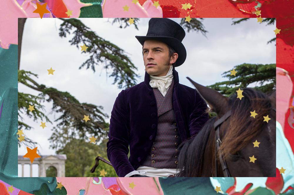 Jonathan Bailey em cena de Bridgerton, usando chapéu e blazer roxo escuro enquanto monta em um cabelo e observa algo no horizonte