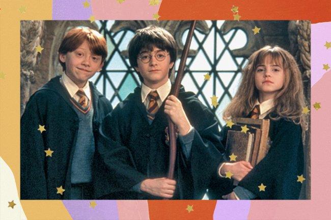 cena de Harry Potter que mostra Roni, Harry e Hermione lado a lado. Roni tem um leve sorriso no rosto. Harry segura o cabo de uma vassoura com expressão neutra. Hermione segura livros e está com a expressão séria