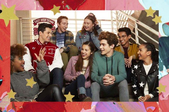 Imagem promocional dos personagens de High School Musical: The Musical: The Series sentados na escada da escola rindo e conversando; a margem é uma textura de tintas em tons de rosa, vermelho e roxo com estrelas amarelas como decoração