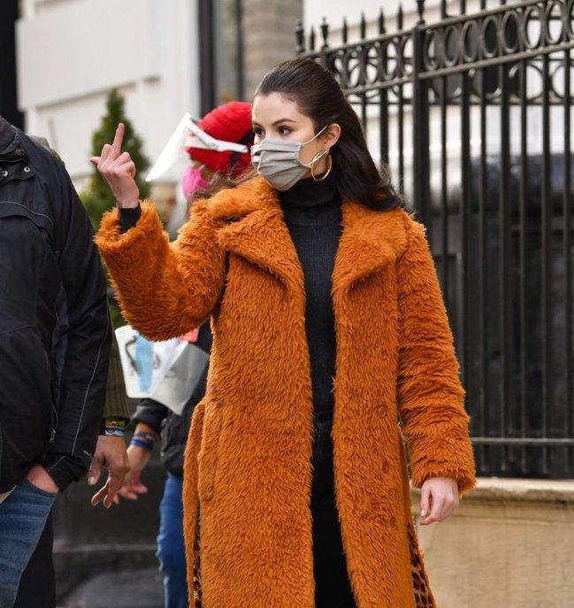 Selena mostrando o dedo do meio para os paparazzi