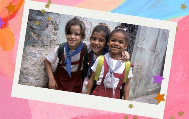 Crianças cubanas com uniforme escolar