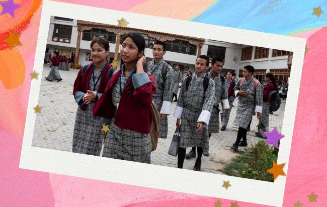 Jovens com uniforme tradicional do Butão