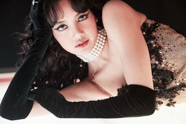 Lisa Blackpink com delineado colorido