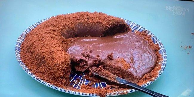Bolo de Chocolate com cobertura feito por FIuk no BBB21