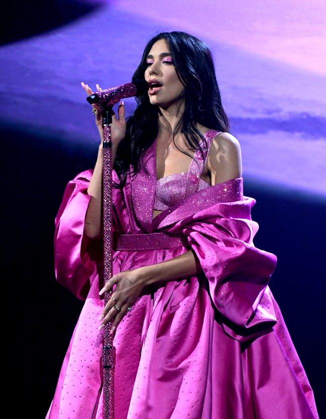 Dua Lipa com vestido bufante roxo cantando no Grammy 2021