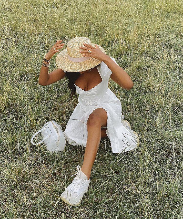 Look cottagecore com vestido, tênis branco e chapéu de palha