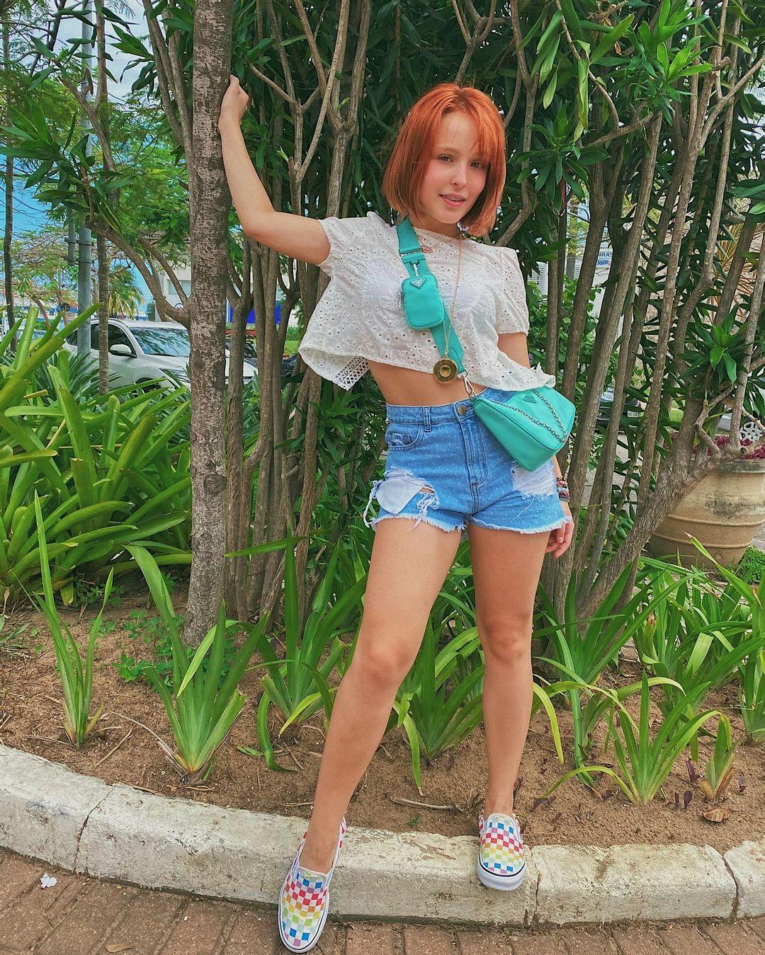 Look da Larissa Manoela com short jeans