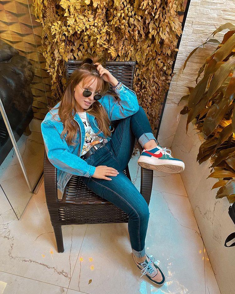 Look da Larissa Manoela com jaqueta e calça jeans