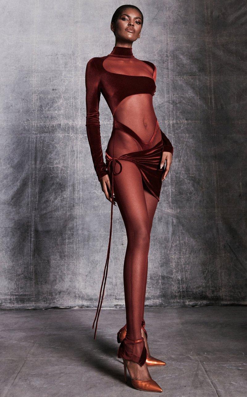 Kylie Jenner usou macacão transparente com alça da calcinha à mostra