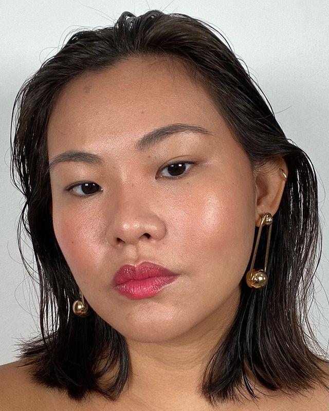 Garota com cabelo solto e batom levemente avermelhado