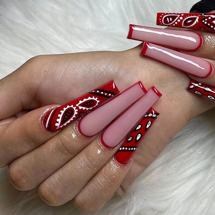 Nail art com estampa de bandana vermelha