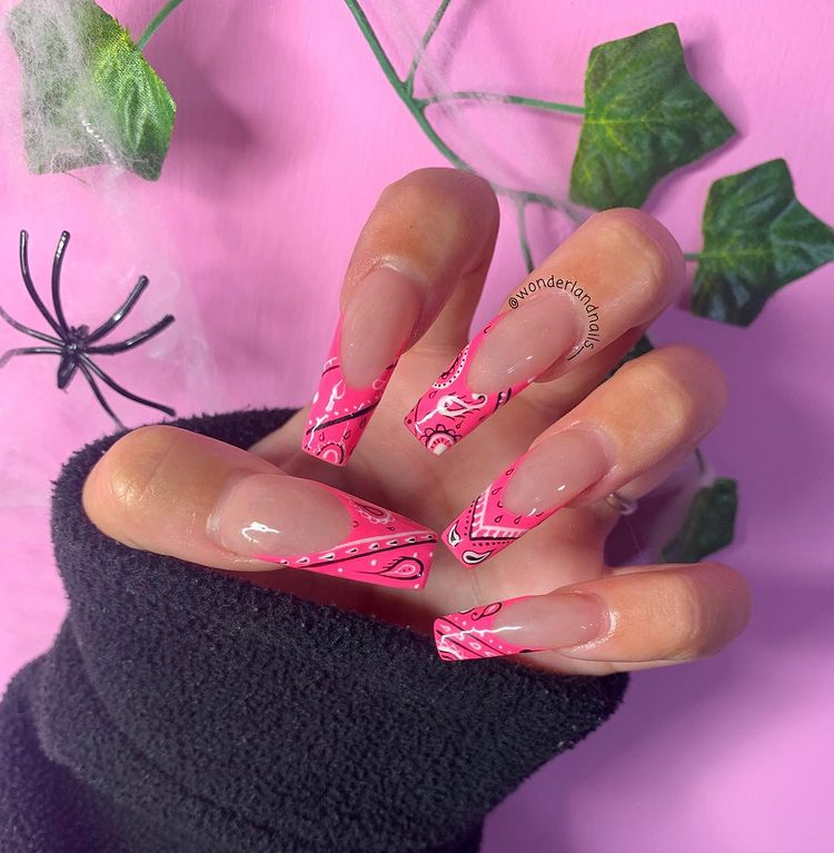Nail art com estampa de bandana rosa