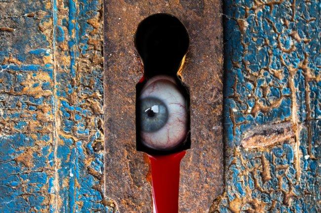 TikToker sente que estava sendo vigiado e descobre segredo bizarro em quarto de hotel