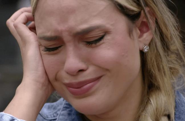Sarah com a mão no rosto e chorando no BBB21