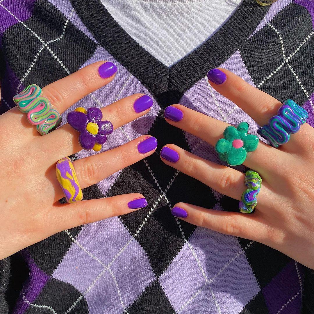 Anéis chunky que eram tendência nos anos 2000 estão de volta