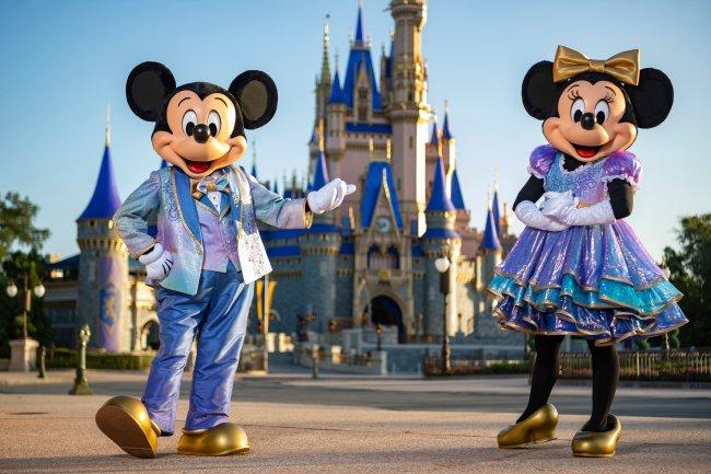 O Mickey e a Minnie Mouse vestidos de gala para celebrar o aniversário de 50 anos do complexo