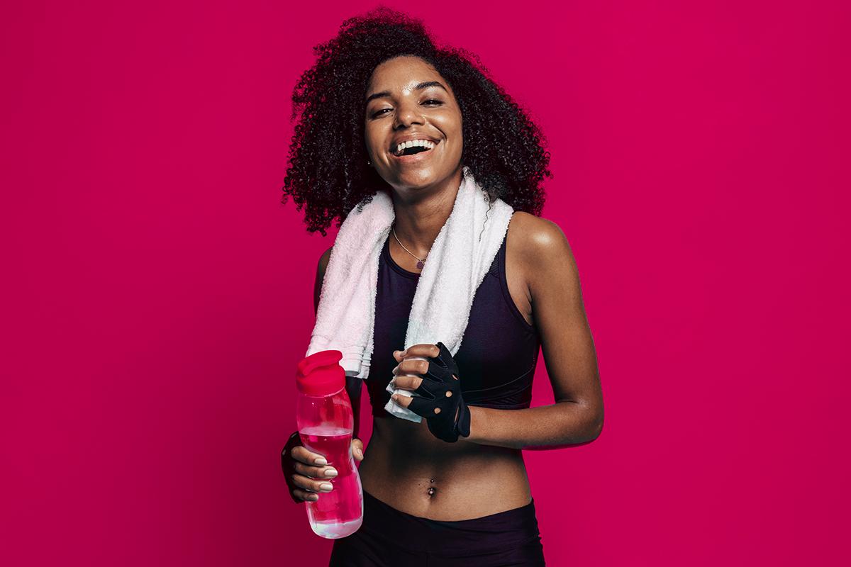 Menina vestida com roupas e segurando objetivos de atividade física