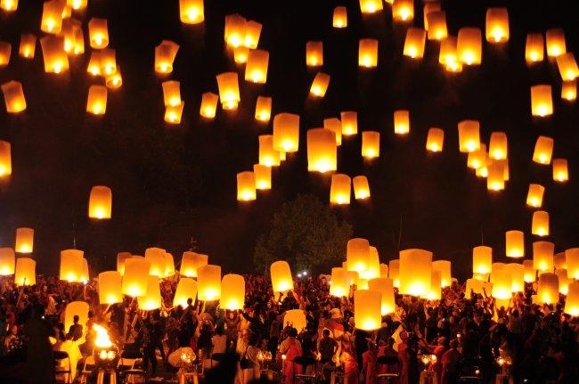 Multidão acende lanternas de papel para celebrar o Festival de Wesak em um mundo pré-coronavírus