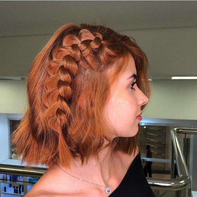 Inspiração de penteado com trança lateral para cabelo curto