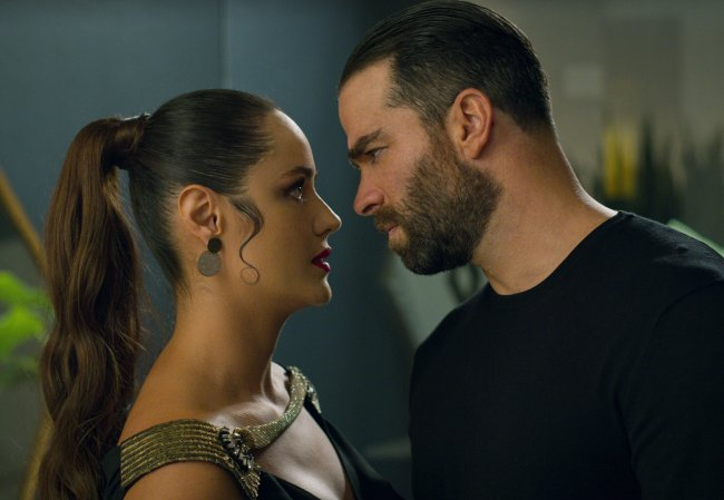Sofia e Rodolffo olhando um para o outro de forma tensa