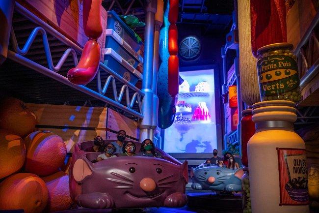 Imagem da atração Remy's Ratatouille Adventure na Disney. É uma montanha-russa familiar em formato de rato em que o visitante desbrava as aventuras inspiradas no filme Ratatouille