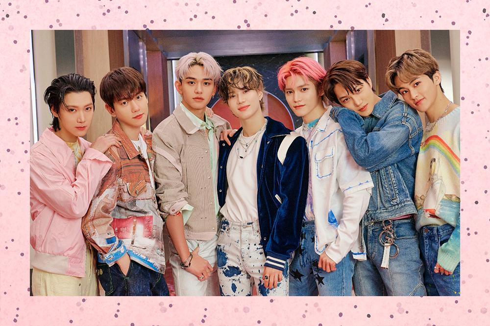 Foto do grupo SuperM com 7 integrantes abraçados na foto