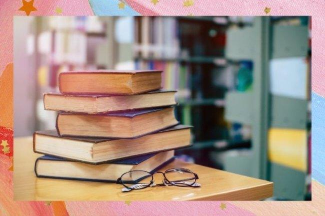 Na imagem, cinco livros aparecem empilhados ao lado de um par de óculos de grau