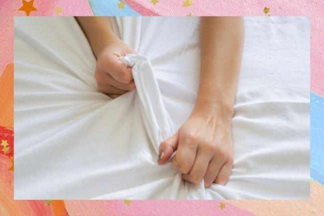 Mulher segura lençol branco com as duas mãos