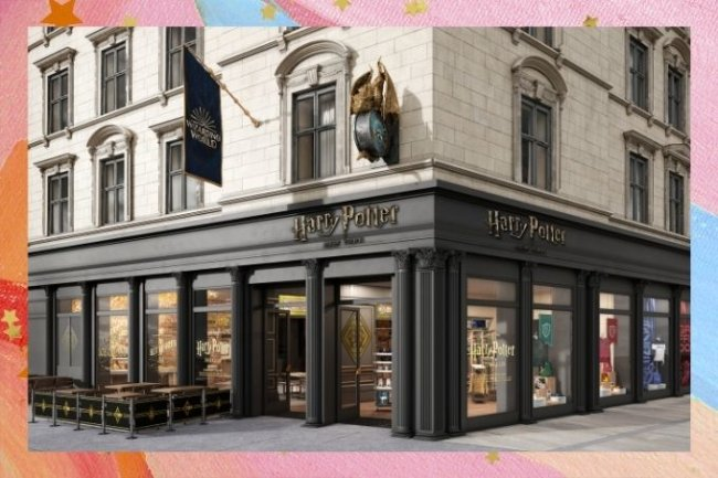 Fachada da loja inspirada em Harry Potter, localizada em uma esquina da Broadway. O primeiro andar está pintado de preto, com uma placa escrita