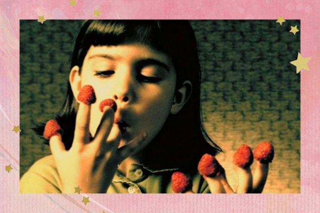 Amélie aparece criança, comendo frutas vermelhas que colocou em seus dedos