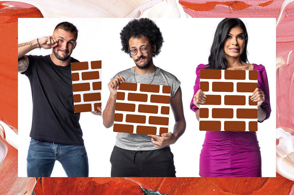 Montagem com três fotos de Arthur, João e Pocah do BBB21; Cada participante está em um fundo branco segurando uma plaquinha de tijolos para ilustrar o paredão