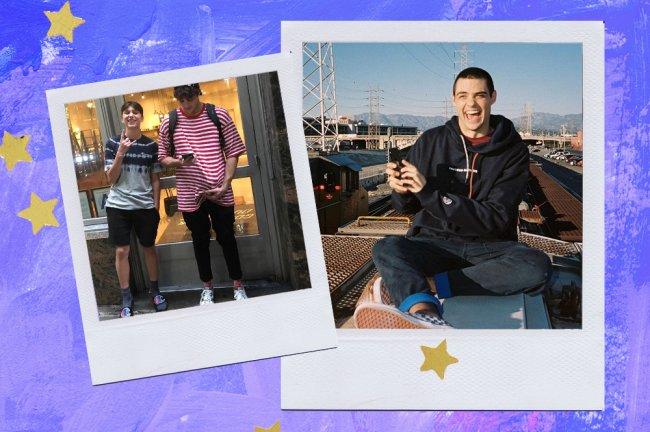 Noah Centineo usando calça cigarrete; à esquerda, ele posa em frente a uma loja em NY. à direita, ele está sentado, com o celular na mão, dando um sorrisão para a câmera