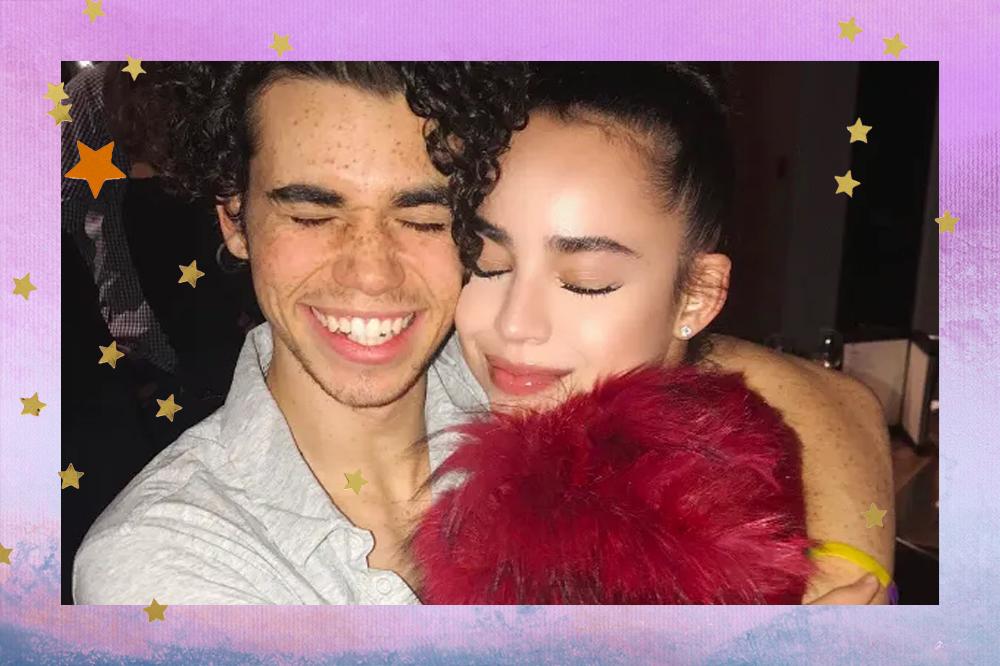 Cameron Boyce e Sofia Carson de olhos fechados enquanto se abraçam
