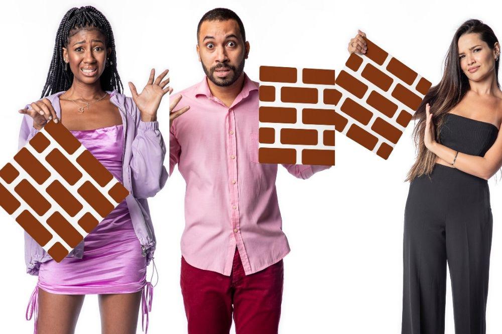 Montagem com três fotos; nelas Camilla, Gilberto e Juliette estão segurando a plaquinha em formato de tijolos para representar o paredão com expressões de assustados, medo e confusos