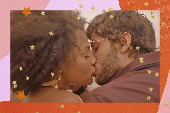Personagens Camila e Danilo, da novela Amor de Mãe, dando seu primeiro beijo durante o nascer do Sol