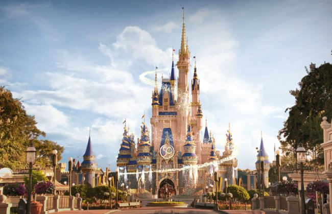 Castelo da Cinderella brilhante em homenagem aos 50 anos do complexo Disney