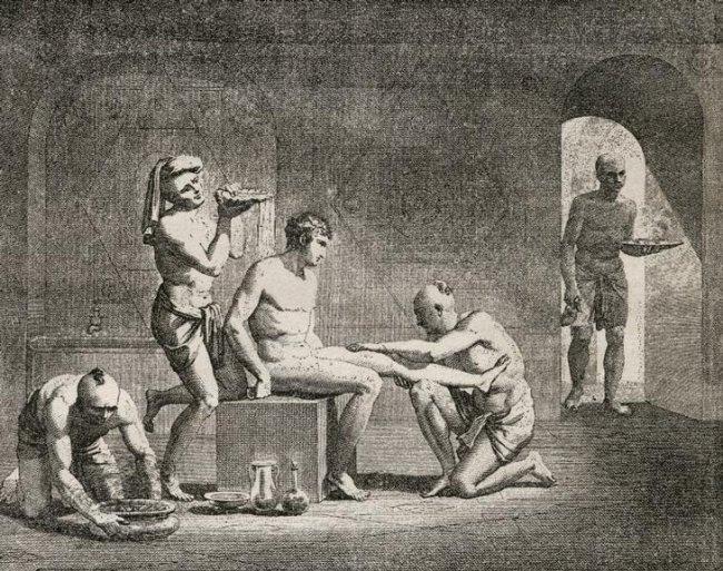 Escravos dando banho em seu senhor na época do Antigo Egito