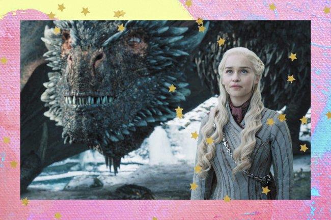 Rainha Daenerys Targaryen ao lado de um dragão na série Game Of Thrones da HBO