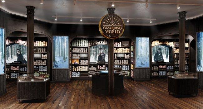 Um dos espaços da nova loja de Harry Potter, com estantes ao fundo e cenas dos filmes da franquia