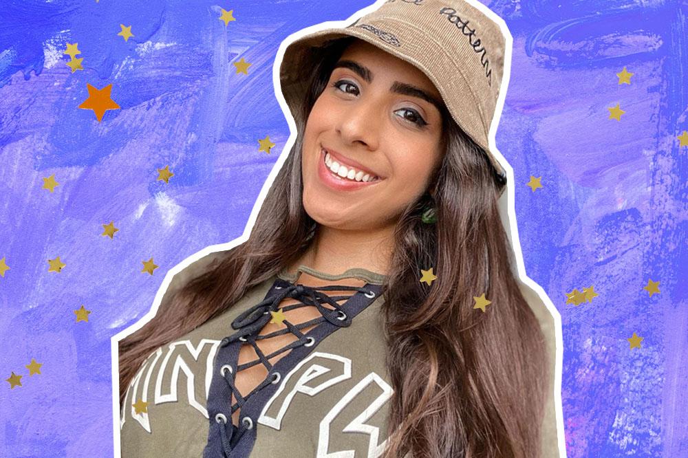Montagem com foto de Ju Muniz usando chapéu e blusa em tom de verde musgo, ela está sorrindo para câmera e de cabelo solto