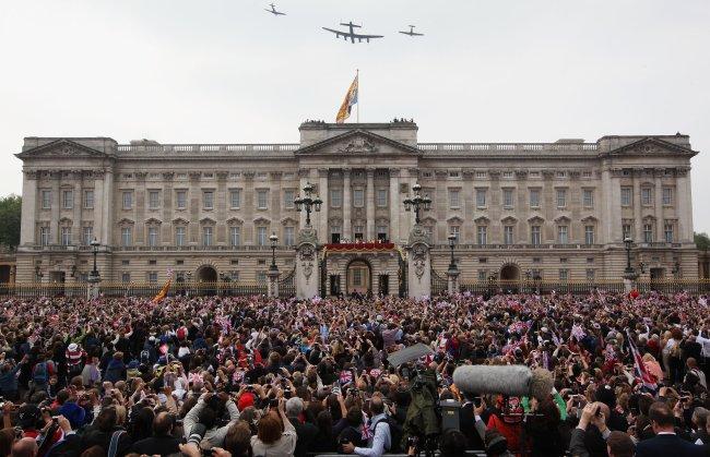 Imagem mostrando a multidão de pessoas em frente ao Palácio de Buckingham esperando Kate e William aparecerem após o Casamento Real