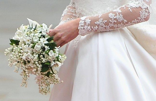 Detalhes do buquê usado por Kate Middleton no Casamento Real; ele é todo branco, com flores muito pequenas e delicadas