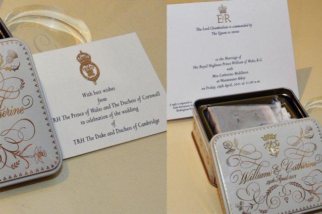 Detalhes do convite de casamento de Kate Middleton e Príncipe William. Ele é branco, com inscrições douradas e pretas, e veio dentro de uma lata quadrada pequena, tambpem branca e com os nomes de Kate e William escritos em letras cursivas douradas