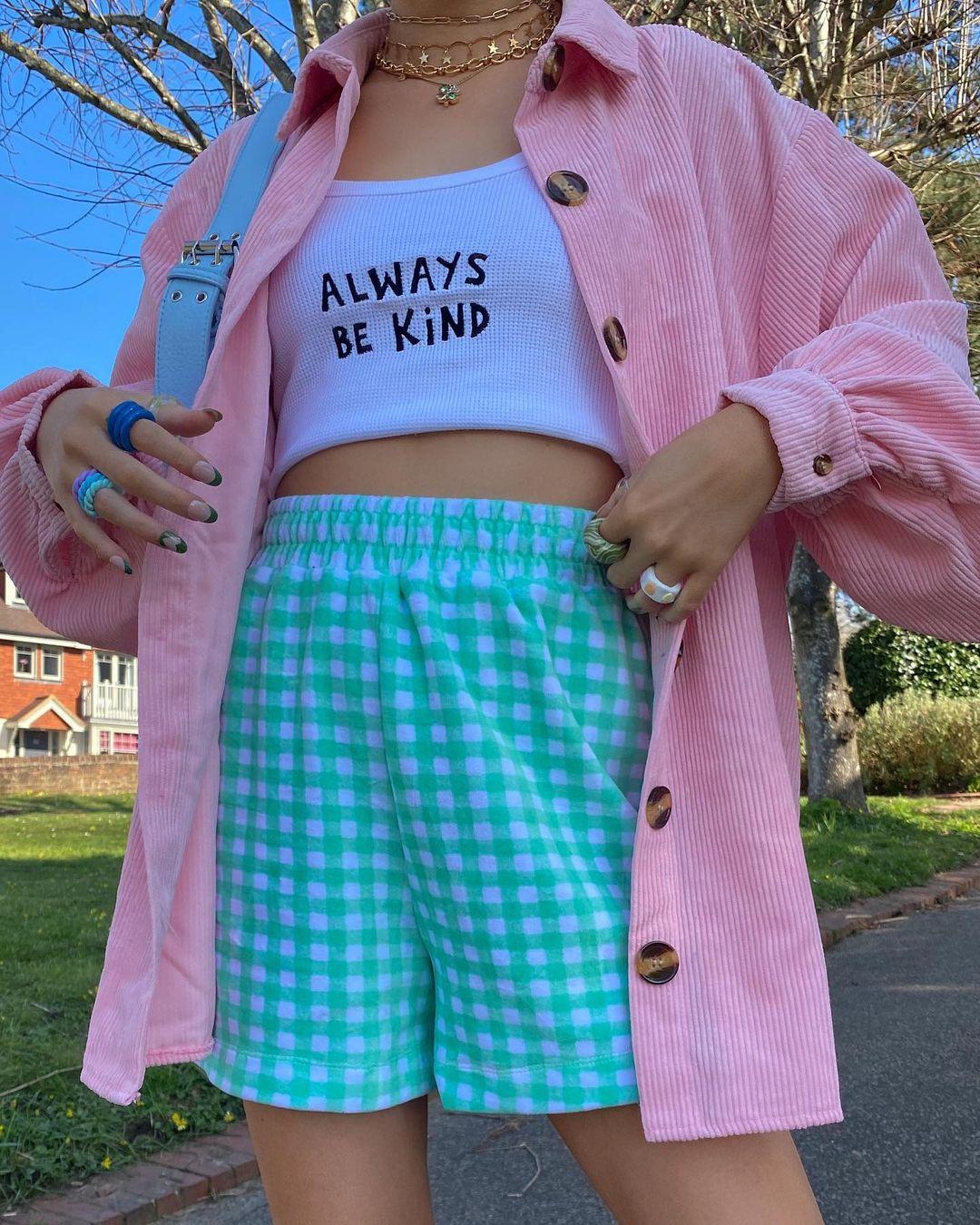 Garota usando top cropped branco escrito