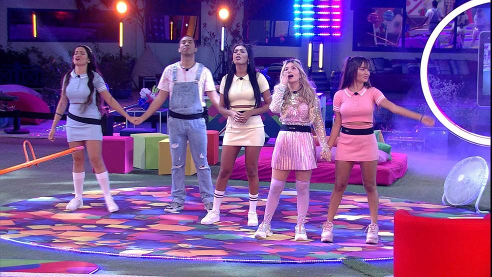 Juliette, Gilberto, Pocah, Viih Tube e Thais na festa do líder no Big Brother Brasil 21. Juliette e Gilberto estão de mãos dadas olhando para cima, Pocah está ao lado cantando de olhos fechados, e Viih Tube e Thais estão emocionadas com as mãos dadas