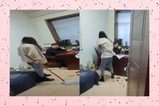 Mulher aparece de costas dando surra no chefe assediador com esfregão