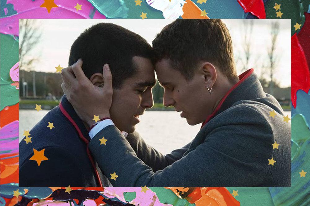 Omar e Ander com uniforme de Las Encinas em cena de Elite; os dois estão com as testas coladas e Ander está colocando as mãos em volta do rosto de Omar
